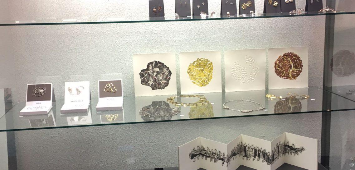 Expositie sieraden bij de Kunstuitleen Zwolle